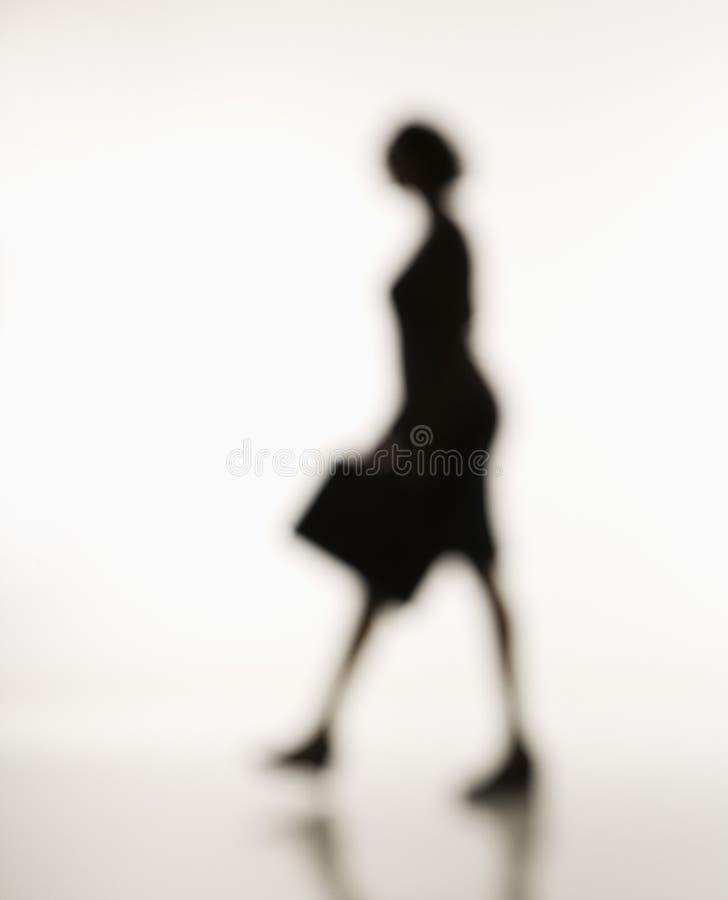 Camminare della donna di affari. fotografia stock libera da diritti