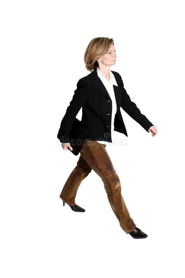 Camminare della donna di affari fotografie stock