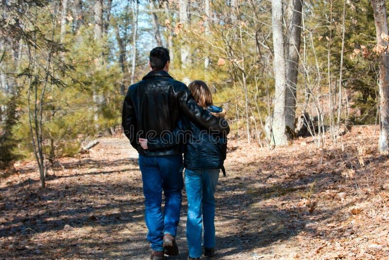 Camminare della figlia del padre immagine stock libera da diritti