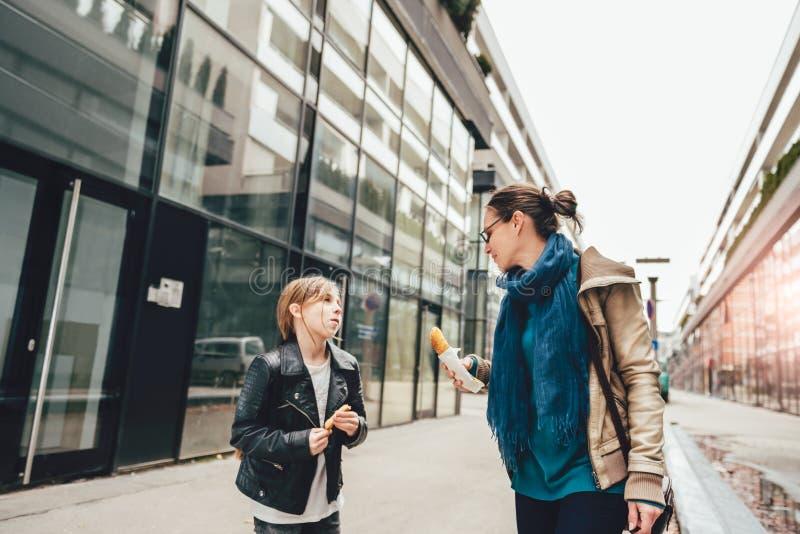 Camminare della figlia e della madre fotografia stock