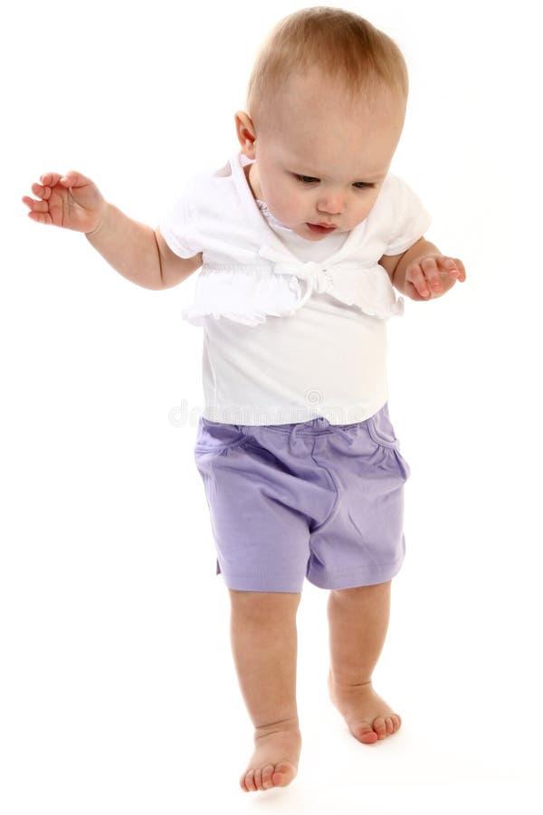 Camminare della neonata immagine stock
