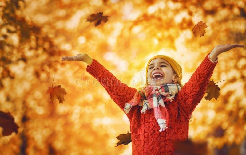 camminare della sosta della ragazza di autunno immagine stock libera da diritti