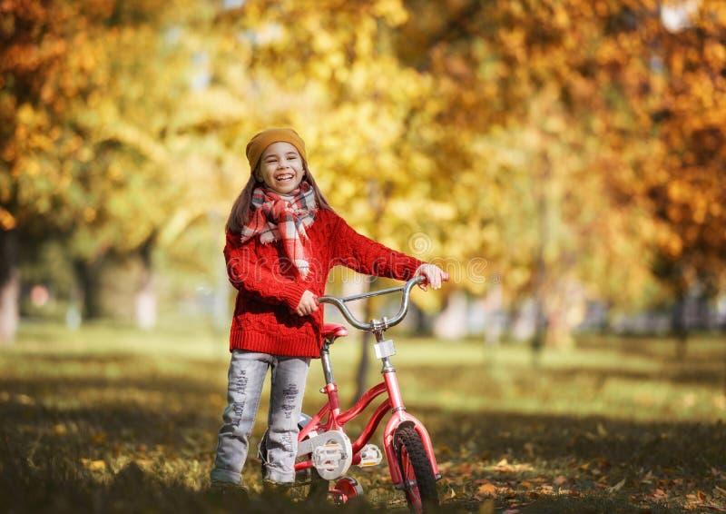 camminare della sosta della ragazza di autunno immagine stock