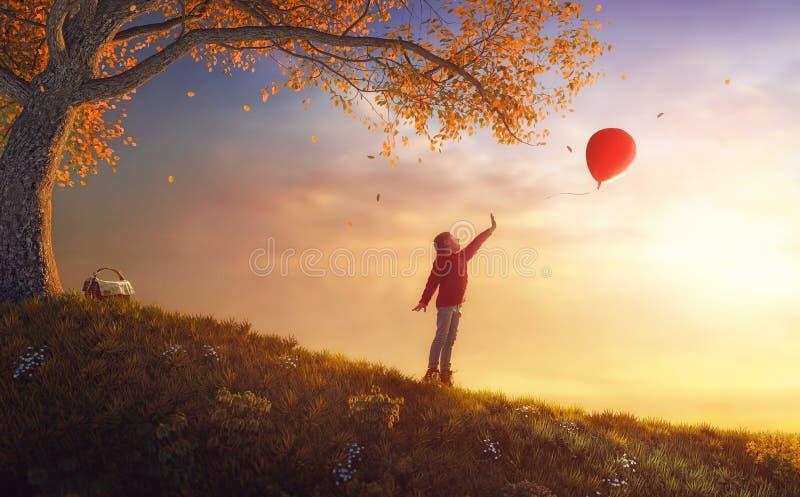 camminare della sosta della ragazza di autunno fotografie stock