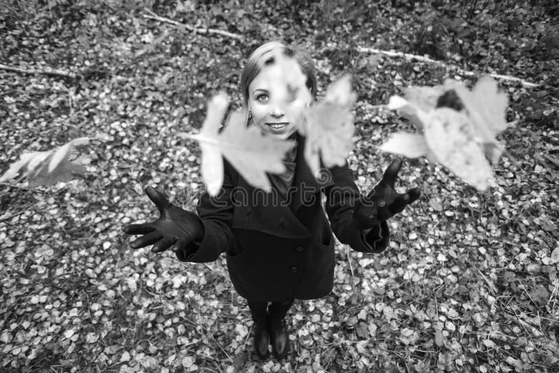 camminare della sosta della ragazza di autunno L'albero con giallo lascia la volata su fotografia stock