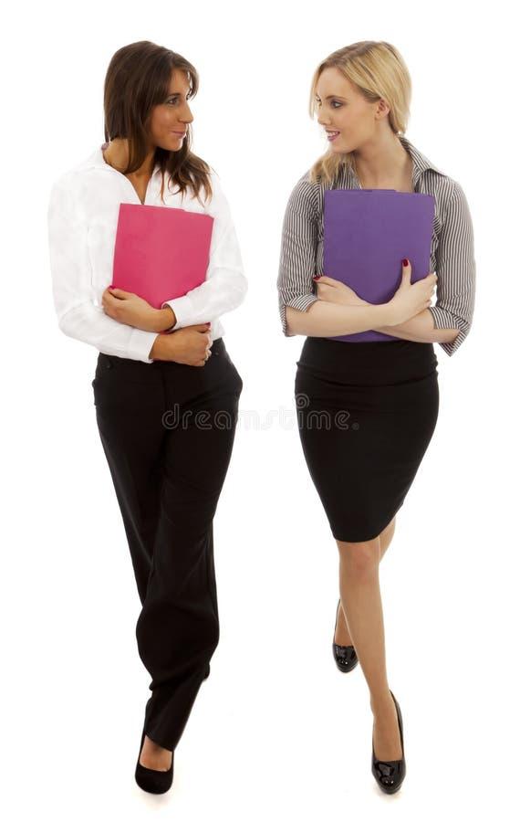 Camminare delle donne di affari immagine stock libera da diritti