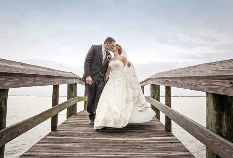Camminare dello sposo e della sposa fotografia stock