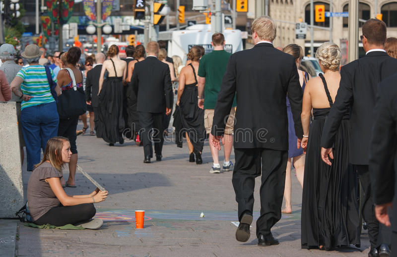 Camminare Wedding oltre il Panhandler fotografie stock libere da diritti