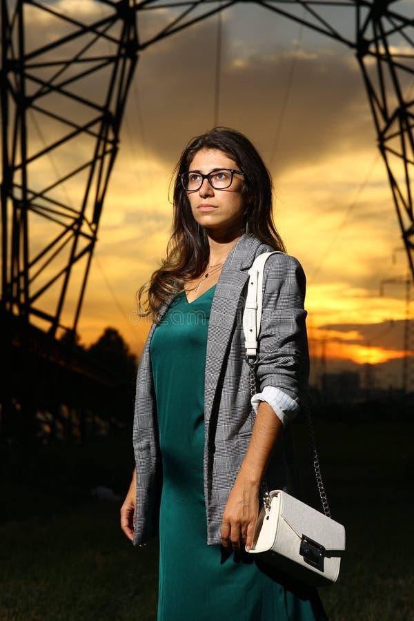 Camminata allegra sorridente della giovane donna bella nella via sul tramonto, ragazza graziosa casuale alla città immagine stock libera da diritti