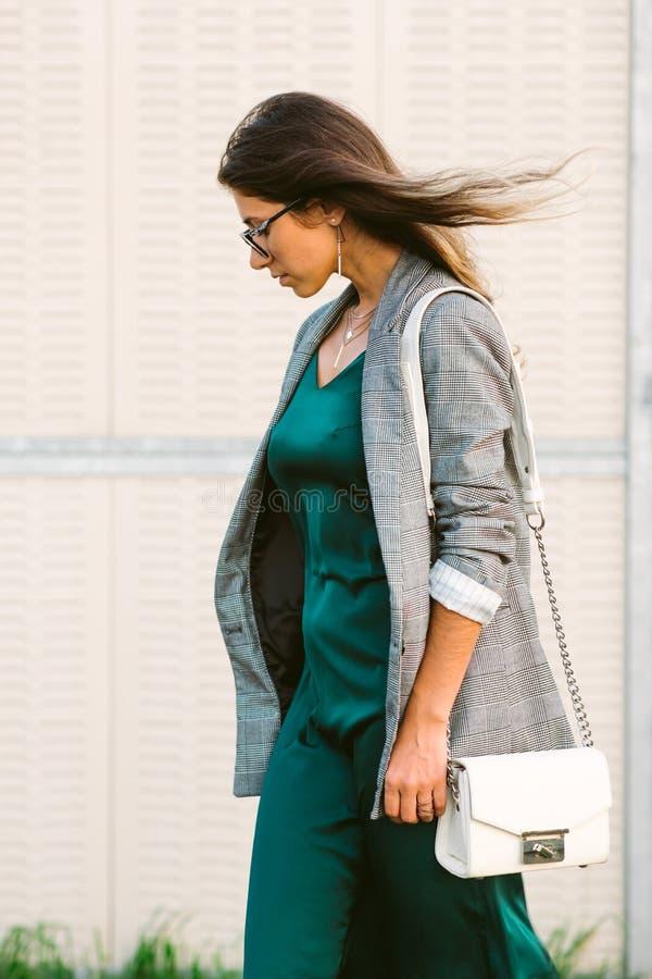 Camminata allegra sorridente sulla via, ragazza graziosa casuale della bella giovane donna alla città immagini stock