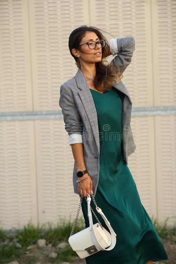 Camminata allegra sorridente sulla via, ragazza graziosa casuale della bella giovane donna alla città immagini stock libere da diritti