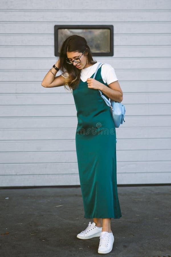 Camminata allegra sorridente sulla via, ragazza graziosa casuale della giovane donna bella alla città fotografia stock libera da diritti