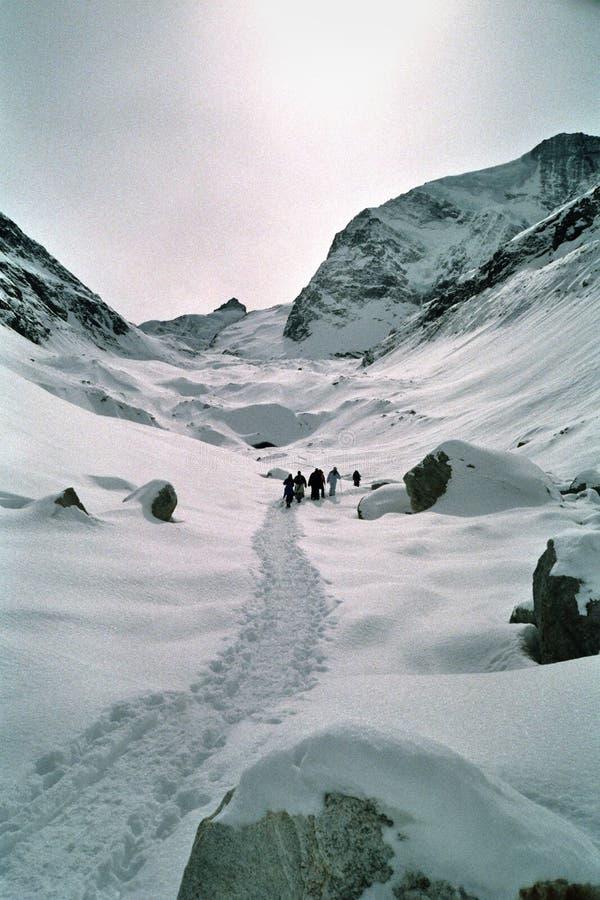 Camminata attraverso le alpi svizzere fotografia stock