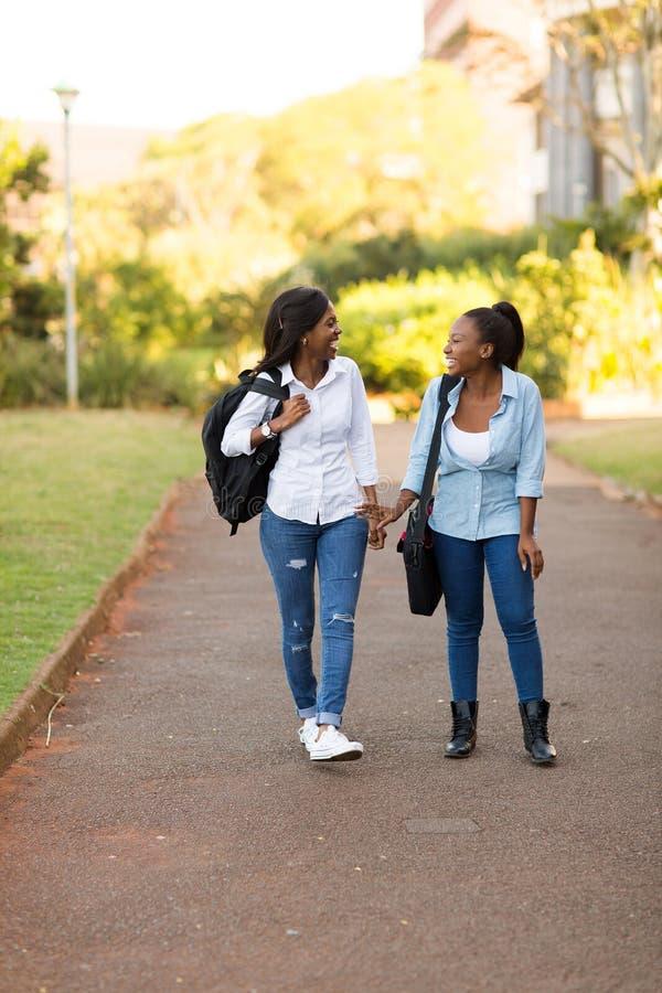 Camminata degli studenti di college immagine stock libera da diritti