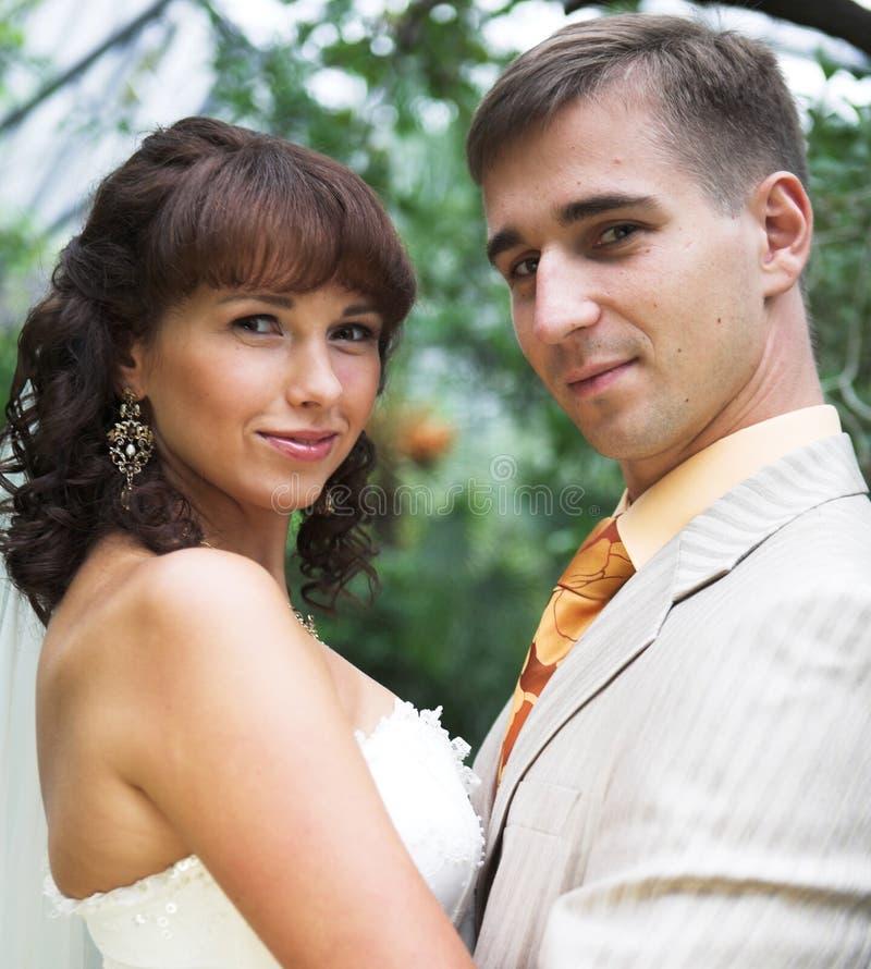 camminata dei newlyweds immagine stock
