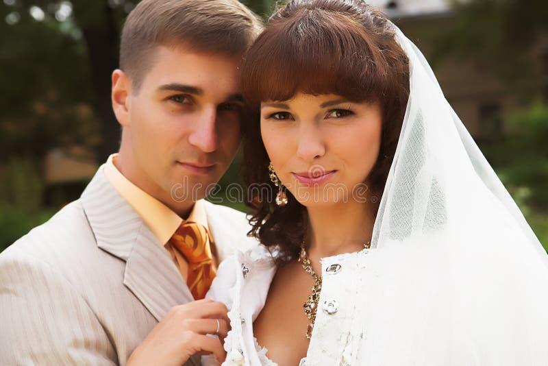 camminata dei newlyweds fotografia stock libera da diritti