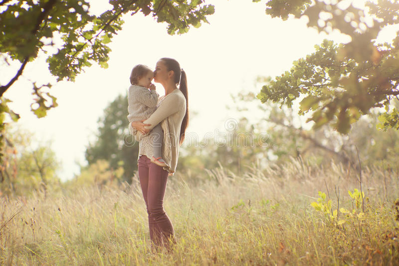 Camminata del bambino e della madre fotografia stock libera da diritti