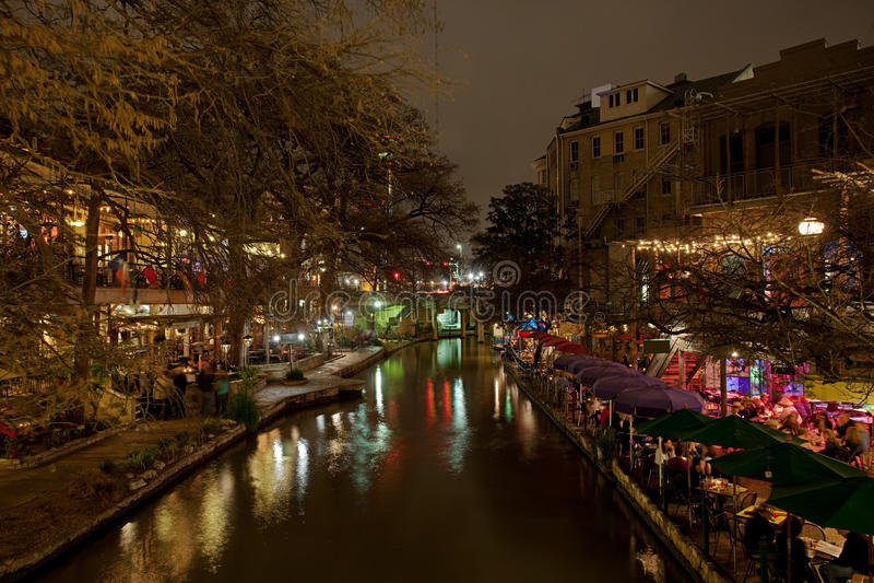 Camminata del fiume di San Antonio alla notte fotografia stock