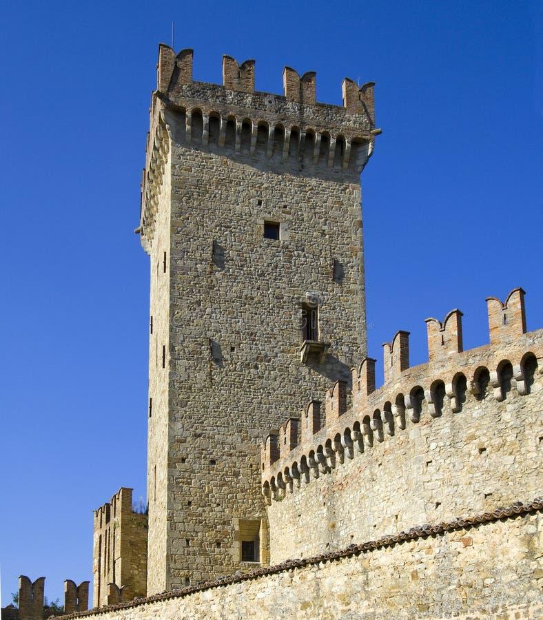 Camminata del rampart e della torretta del villag medioevale di Vigoleno immagini stock