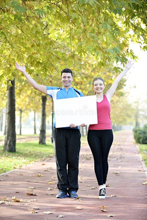 Camminata dell'uomo e della giovane donna immagini stock