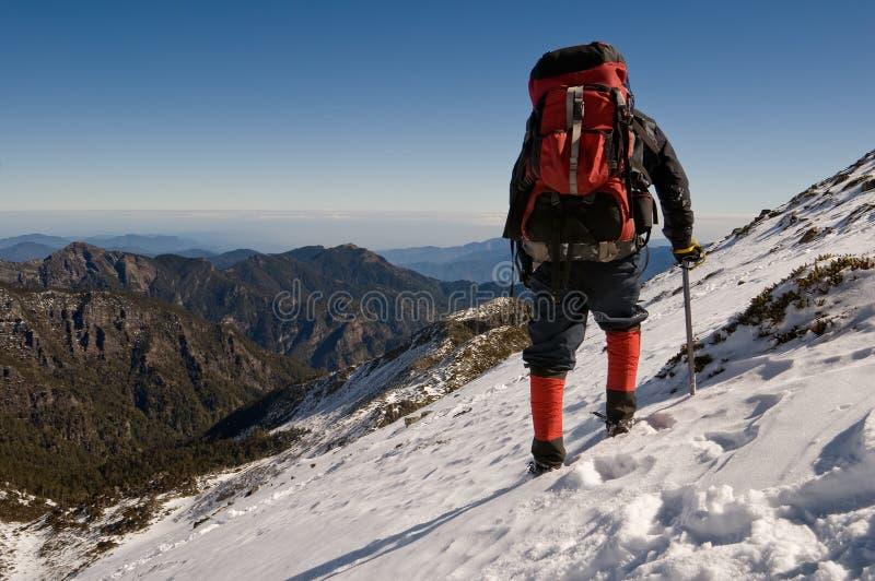 Camminata dell'uomo sullo schiaffo della neve fotografia stock libera da diritti