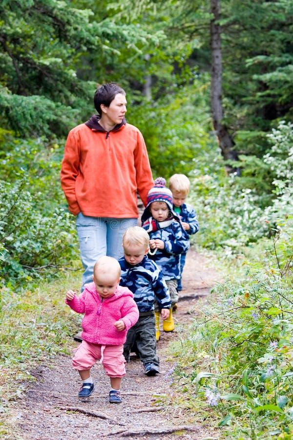 Camminata della famiglia immagini stock libere da diritti