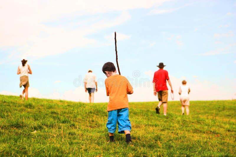 Camminata della famiglia nelle colline fotografia stock