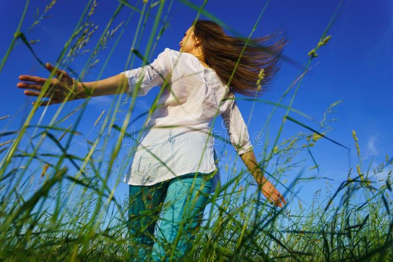 Camminata della giovane donna fotografia stock