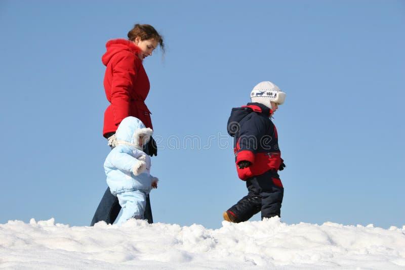 Camminata della madre con i bambini immagini stock libere da diritti