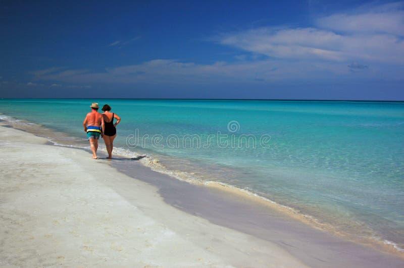 Camminata della spiaggia di mattina immagini stock
