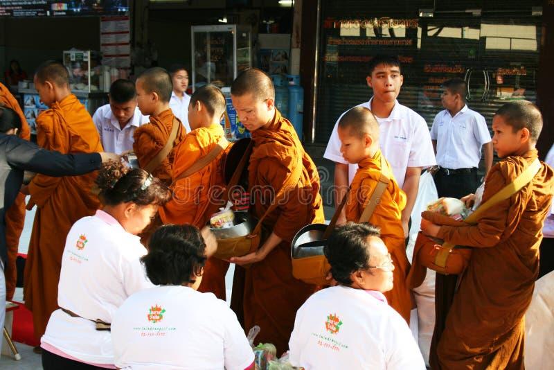 Camminata delle rane pescarici buddisti che raccoglie le elemosine, Tailandia. immagine stock libera da diritti