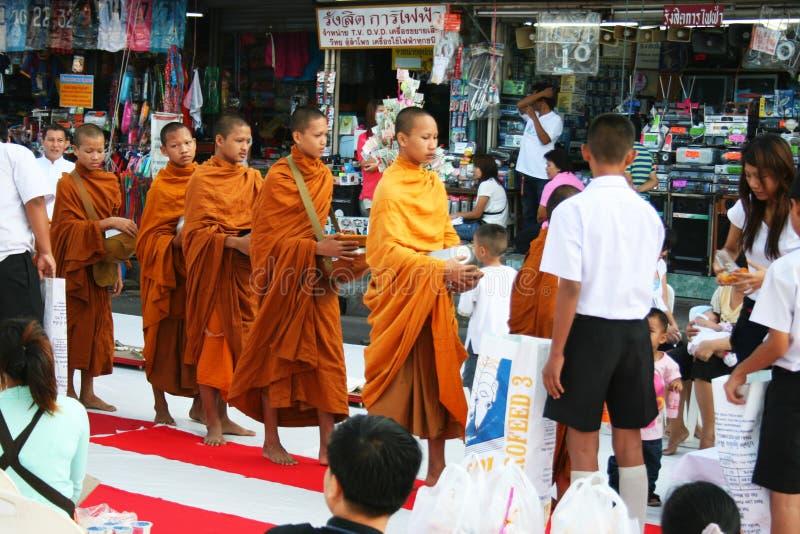 Camminata delle rane pescarici buddisti che raccoglie le elemosine, Tailandia. immagini stock libere da diritti