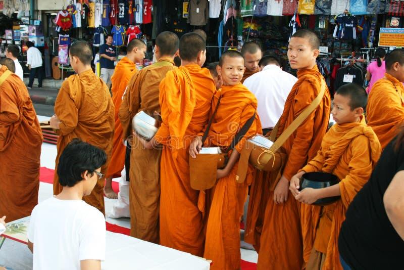 Camminata delle rane pescarici buddisti che raccoglie le elemosine, Tailandia. fotografie stock libere da diritti