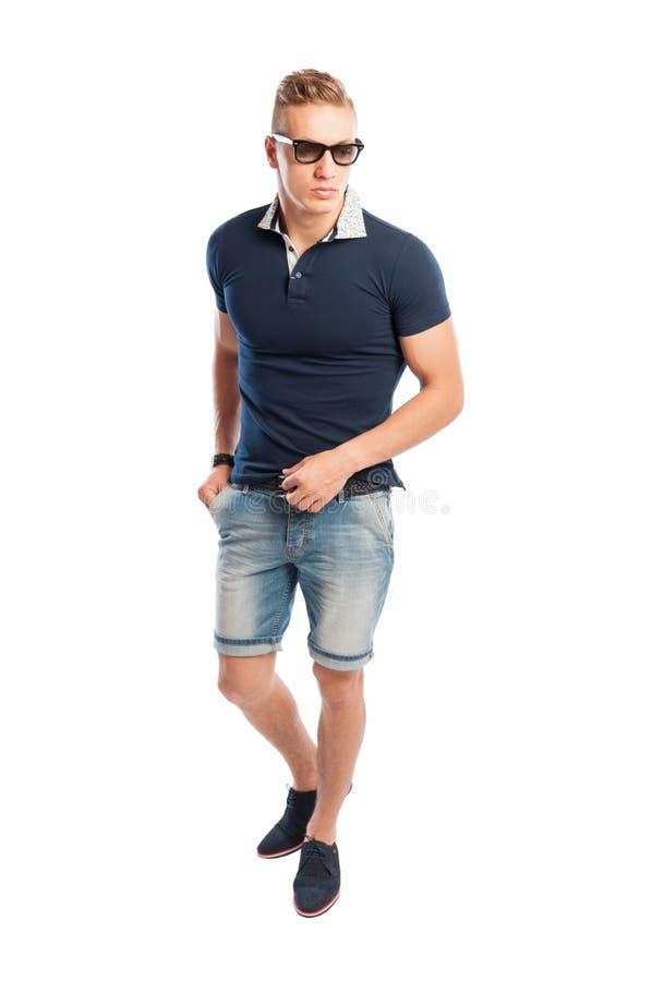 Camminata di modello maschio sul fondo bianco fotografia stock libera da diritti
