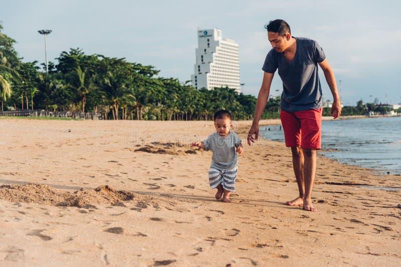 Camminata di stile di vita del figlio del papà e del bambino del padre fotografia stock libera da diritti