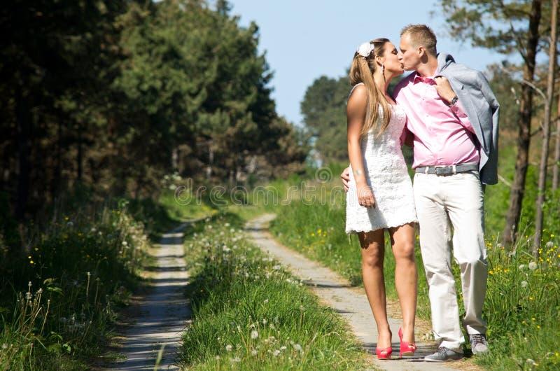 camminata felice delle coppie fotografie stock
