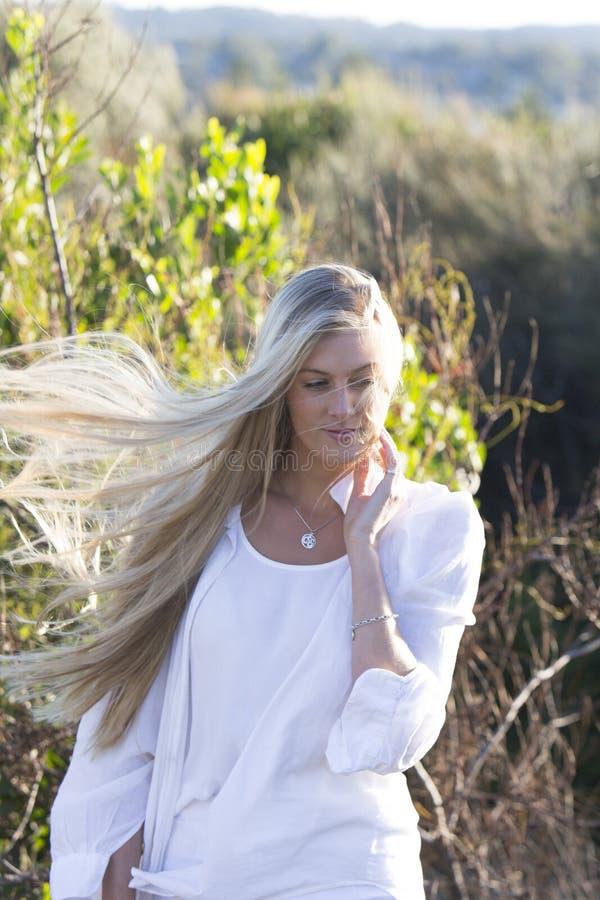 Camminata femminile australiana bionda con il salto dei capelli immagine stock libera da diritti