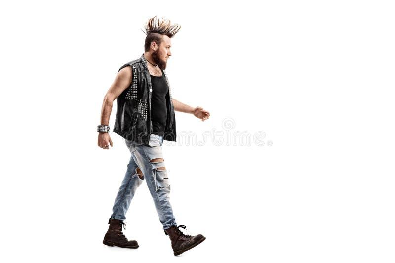 Camminata maschio arrabbiata dell'attuatore punk fotografie stock libere da diritti