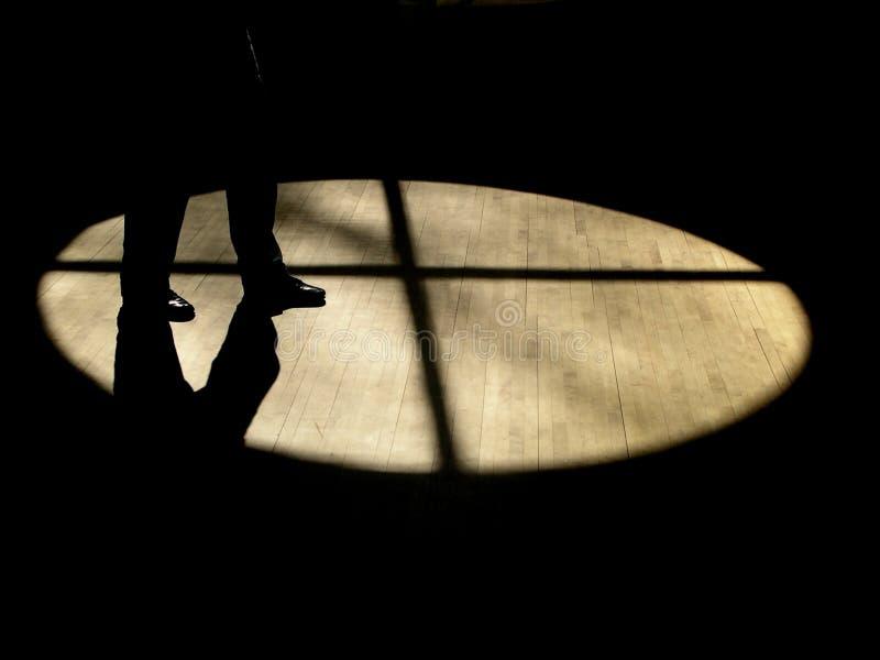 Camminata nelle ombre fotografia stock libera da diritti