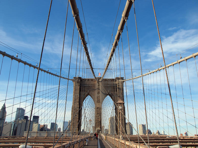 Camminata pedonale della bandierina degli S.U.A. del ponte di Brooklyn di New York fotografia stock libera da diritti