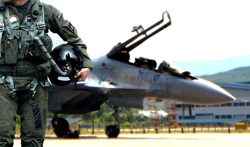 Camminata pilota a partire dall'aereo da caccia fotografia stock