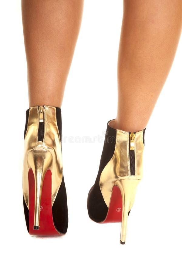 Camminata posteriore delle scarpe dell'oro fotografia stock libera da diritti