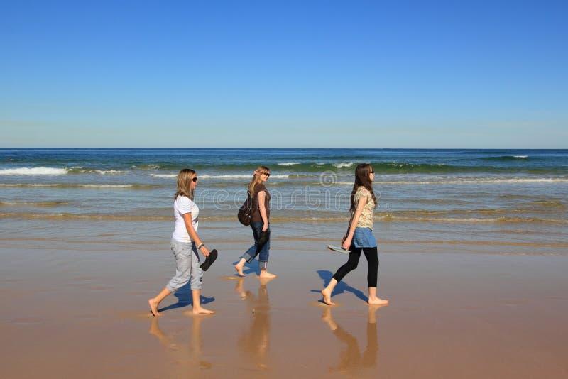 Camminata Relaxed della spiaggia fotografie stock libere da diritti
