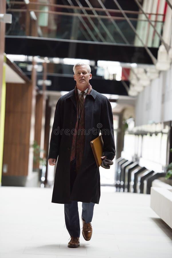 Camminata senior bella dell'uomo di affari fotografie stock