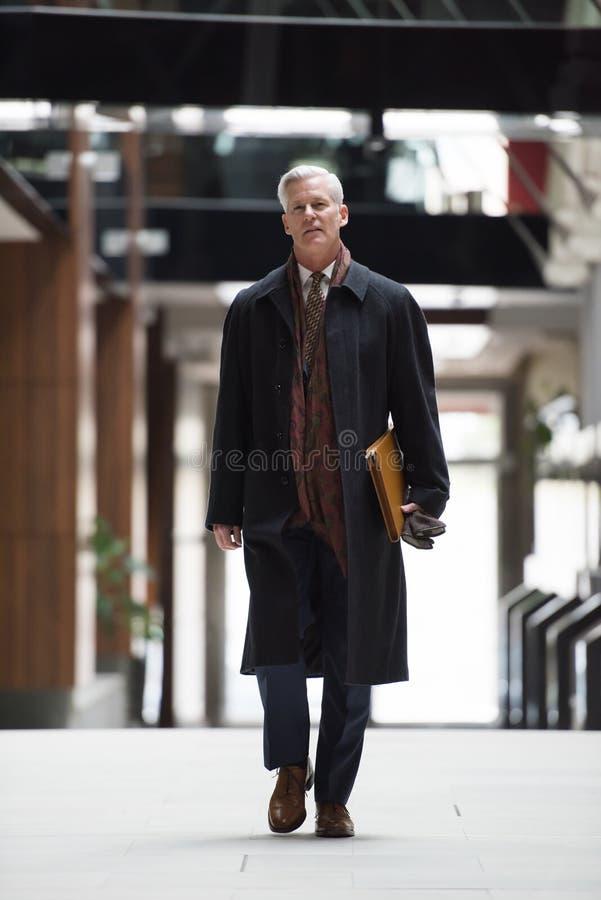 Camminata senior bella dell'uomo di affari immagini stock libere da diritti