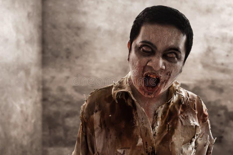 Camminata spaventosa dell'uomo dello zombie dell'interno fotografia stock