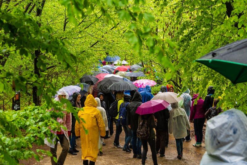 Camminata turistica nella pioggia in Plitvice immagini stock libere da diritti