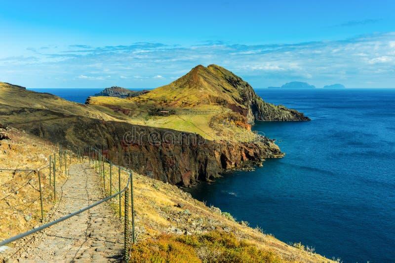 Camminata turistica su un percorso di trekking a Ponta de Sao Lourenco, Madera fotografia stock libera da diritti