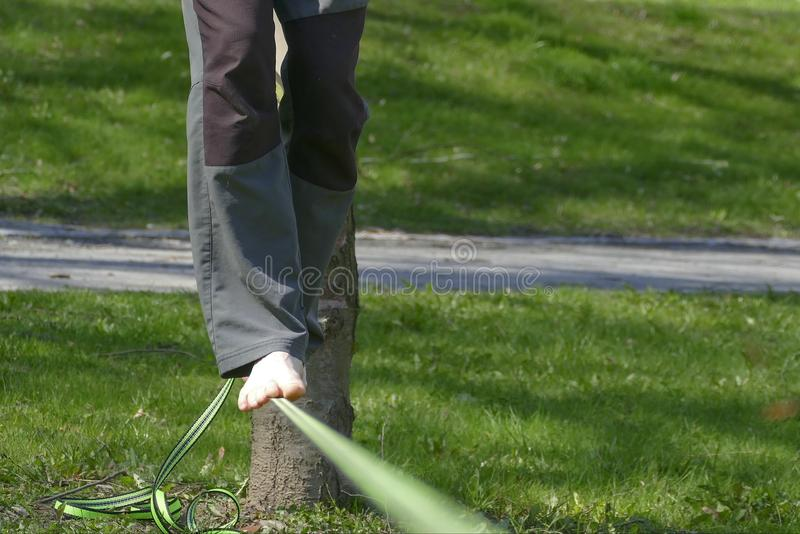 Camminatore scalzo di slackline in un parco con erba verde fotografia stock libera da diritti