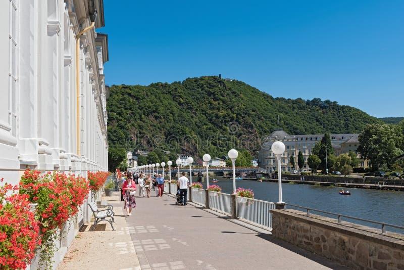 Camminatore sul prommenad sul fiume del lahn, cattivo SME, Germania della riva immagine stock libera da diritti